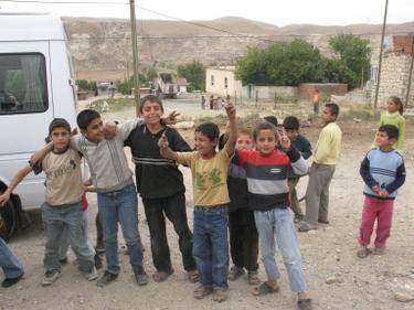 Jungen-posieren-vor-ihrem-Dorf