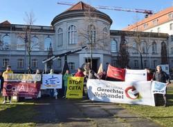 Unterschriftenübergabe:  Menschenrechte schützen, Konzernklagen stoppen!