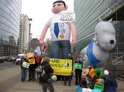 WEED beteiligt sich an kritischer Aktion zu EU-Handelspolitik in Brüssel