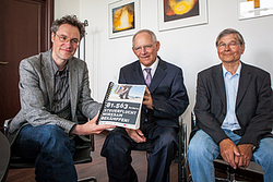 81.563 Unterschriften gegen Steuerflucht an Schäuble überreicht